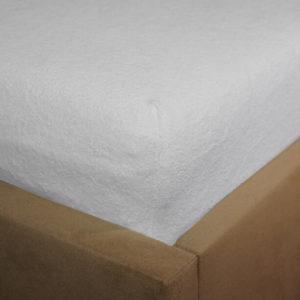 Prześcieradło frotte z gumką białe na rogu łóżka firmy TuliSen
