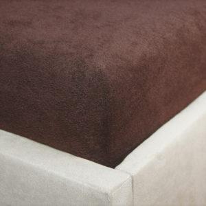 Prześcieradło frotte z gumką czekoladowy brąz na rogu łóżka firmy TuliSen.