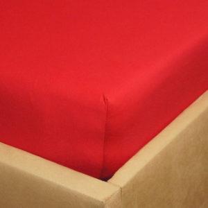 Prześcieradło jersey z gumką czerwone na rogu łóżka firmy TuliSen.