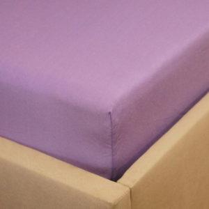 Prześcieradło jersey z gumką jasno fioletowe na rogu łóżka firmy TuliSen.