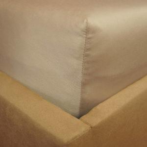 Prześcieradło satyna bawełniana z gumką beżowe na rogu łóżka firmy TuliSen.