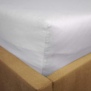 Prześcieradło satyna bawełniana z gumką białe na rogu łóżka firmy TuliSen.
