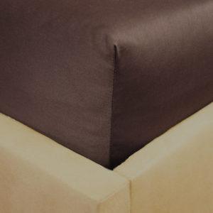 Prześcieradło satyna bawełniana z gumką czekoladowy brąz na rogu łóżka firmy TuliSen.