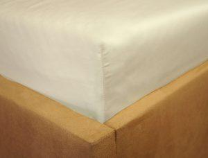 Prześcieradło satyna bawełniana z gumką ecru na rogu łóżka firmy TuliSen.