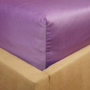 Prześcieradło satyna bawełniana z gumką fioletowe na rogu łóżka firmy TuliSen.