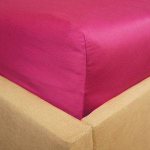 Prześcieradło satyna bawełniana z gumką malinowe bordo na rogu łóżka firmy TuliSen.