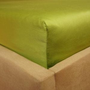 Prześcieradło satyna bawełniana z gumką zielone na rogu łóżka firmy TuliSen.